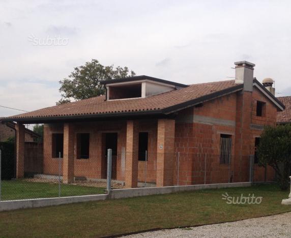 Completare la costruzione di una casa al grezzo a castello for Spese di costruzione di una casa