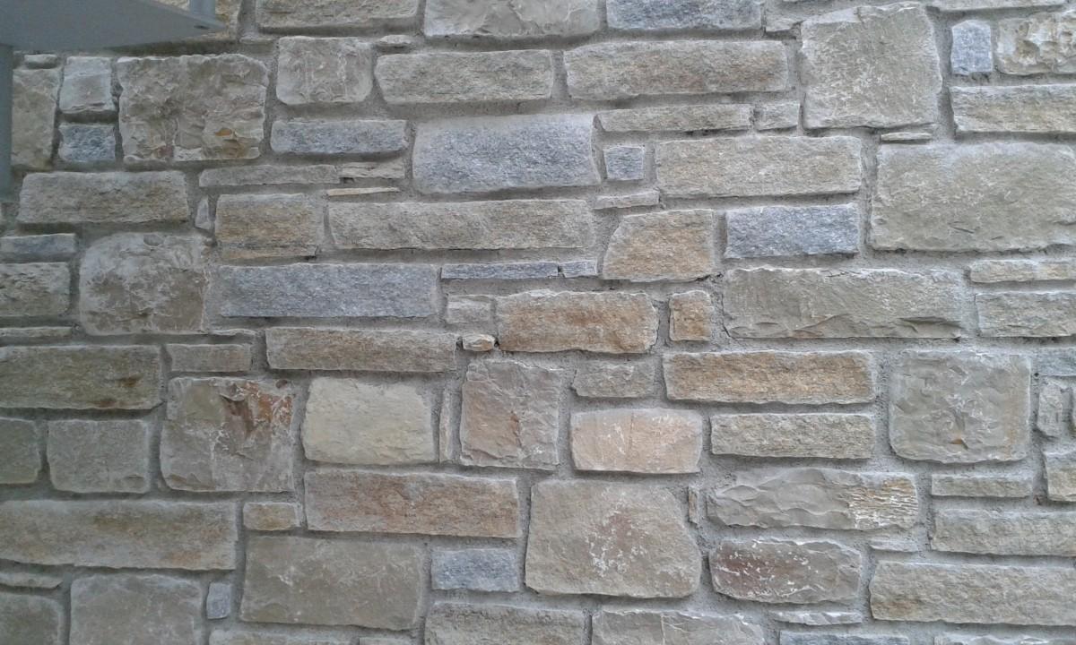 Zoccolo esterno in pietra awesome top la resina come for Pietra piasentina fiammata prezzi